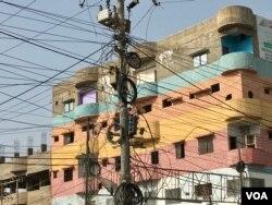 کراچی کے مختلف علاقوں میں بجلی کے کھمبوں پر تاروں کی بہتات ہے جو اکثر و بیشتر حادثات کی وجہ بنتے رہتے ہیں۔