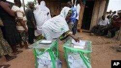 Une femme votant à Ibadan