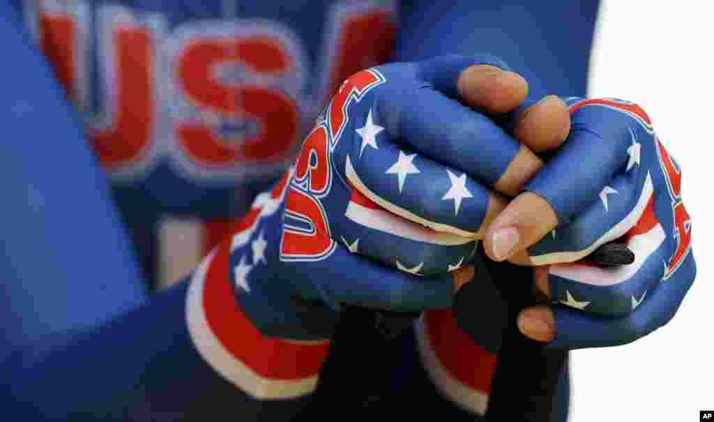 El ciclista estadounidense Taylor Phinney descansa sus manos sobre el manubrio, previo a la prueba contra reloj.