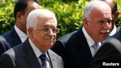2014年9月7日巴勒斯坦权力机构主席马哈茂德·阿巴斯(左)和他的外长里亚德·马利基(右)到达埃及开罗出席的阿拉伯联盟外长紧急会议
