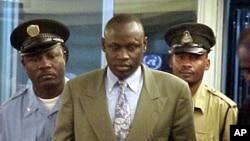 L'abbé Emmanuel Rukundo est escorté par la garde des Nations unies au Tribunal pénal international pour le Rwanda (TPIR) à Arusha, Tanzanie, 26 septembre 2001.