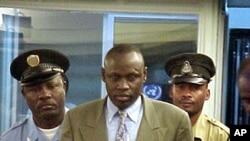 Patiri Emmanuel Rukundo arinzwe n'abapolisi ba ONU muri sentare TPIR, Arusha, Tanzaniya, Itariki 26/09/2001.