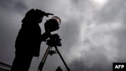 Simón Ángel, astrónomo de la Universidad Católica de Chile, prepara un telescopio un refugio en el volcán Villarica, en Pucón, Chile, el 13 de diciembre de 2020.