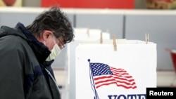 Bỏ phiếu bầu cử sơ bộ tại Ottawa, Illinois, 17 tháng Ba, 2020. Hình minh họa.