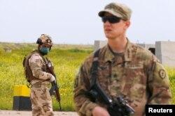 Un soldado iraquí está de guardia durante la entrega del Qayyarah Airfield West de las fuerzas de la coalición liderada por Estados Unidos a las fuerzas de seguridad iraquíes, en el sur de Mosul, Iraq 26 de marzo de 2020.