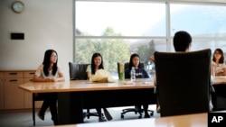 Mahasiswa dari China di University of Connecticut menghadiri pertemuan untuk membantu mereka menghadapi tantangan mengintegrasikan ke dalam kehidupan kampus Amerika, di Storrs, Connecticut, September. 18, 2015. (Photo: AP)