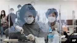 Petugas medis mengikuti pelatihan cara memberikan suntikan vaksin virus corona di Korean Nurses Association di Seoul, Korea Selatan, Rabu, 17 Februari 2021. (Foto: AP)