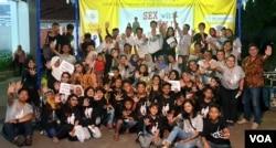Anak-anak bersama semua elemen masyarakat di Surabaya dalam koalisi yang digagas ALIT menyerukan stop kekerasan dan eksploitasi seksual pada anak. (Foto: VOA/Petrus Riski)