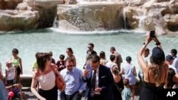 روم میں کرونا کی پابندیاں نرم ہونے کے بعد لوگوں کی ایک بڑی تعداد تفریح کے لیے تروی فوارے کے گرد جمع ہے۔ 28 جون 2021