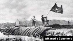 Quân đội Nhân dân Việt Nam phất cờ chiến thắng trên nóc hầm chỉ huy của Pháp tại Điện Biên Phủ