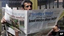 Hemwelatîyekî Kurd li rojnameya Azadîya Welat dixwîne. Dîyarbekir, Adar, 2009
