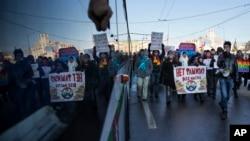 Miles de rusos gay protestan en distintas ciudades del país contra las llamadas leyes anti homosexuales impuestas por el gobierno del presidente Vladimir Putin.