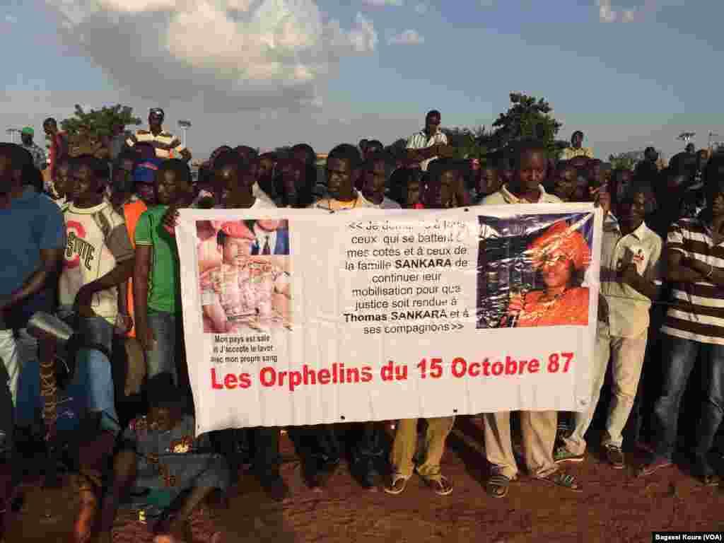 Plusieurs milliers de personnes se sont réunies à la place des martyrs dans le quartier Tampouy dans le nord-ouest de Ouagadougou pour commémorer le 28eme anniversaire de l'assassinat de Thomas Sankara, le père de la révolution burkinabè assassiné le 15 octobre 1987. (VOA/Bagassi Koura)