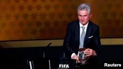Jupp Heynckes tient son son trophée d'entraineur de l'année 2013 à Zurich, Suisse le 13 janvier 2014
