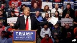 ຜູ້ສະໝັກເອົາຕຳແໜ່ງປະທານາທິບໍດີ ສັງກັດພັກຣີພັບບລີກັນ ທ່ານ Donald Trump ຖະແຫລງ ໃນລະຫວ່າງການຢຸດແວ່ ໂຄສະນາຫາສຽງ ຢູ່ ຫໍອະນຸສອນ ສົງຄາມ ທີ່ເມືອງ Allen, ເມື່ອວັນອາທິດ ທີ 1 ພຶດສະພາ 2016.