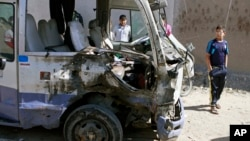 19일 이라크 바그다드의 시아파 거주지역인 사드르시에서 폭탄 공격이 발생했다. 폭발로 부서진 차량.