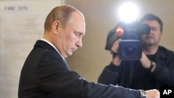 Russian President Vladimir Putin casts his ballot at a polling station in Moscow, Sept. 8, 2013.