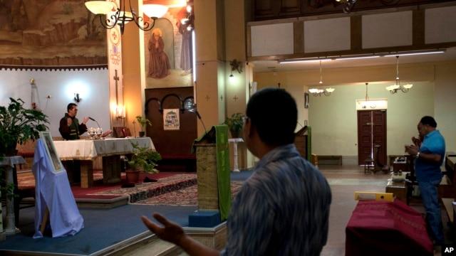 Warga Kristen di Libya melakukan ibadah di gereja di ibukota Tripoli (foto: dok). Sebuah kelompok misionaris di Libya dituduh melakukan kegiatan spionase.