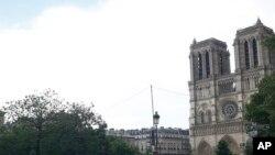 Polisi menutup kawasan katedral Notre Dame di Paris, Perancis, Selasa, 6 Juni 2017.