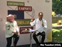 Deputi Fasilitasi Hak Kekayaan Intelektual (HKI) dan Regulasi Bekraf, Ari Juliano Gema, berbicara dalam konferensi pers di Bandung, Selasa (10/9) siang. (Foto: VOA/Rio Tuasikal)