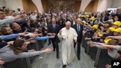Papa Franja dolazi na audijenciju u Vatikanu, 11. maja 2015.