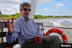 Trong chuyến thăm gần đây nhất năm 2013, Ngoại trưởng Mỹ thông báo Washington sẽ hỗ trợ cho Hà Nội 18 triệu đôla cũng như cấp 5 tàu tuần duyên cho Việt Nam.