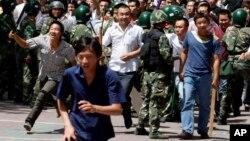 Етнічні китайці намагаються атакувати місцевих уйгурів