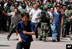 2009年新疆七五事件中部分汉族人遭到袭击,后来,7月7日,手持棍棒的汉人冲破武警警戒线,试图攻击维吾尔人。