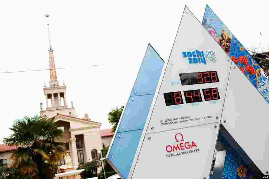 A digital clock counts down the days to the February 7 opening of the Winter Olympics, Sochi, Russia, March 16, 2013. (V. Undritz/VOA)