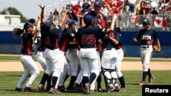 Para pemain bisbol AS merayakan kemenangan mereka meraih medali emas dalam Pan American Games.