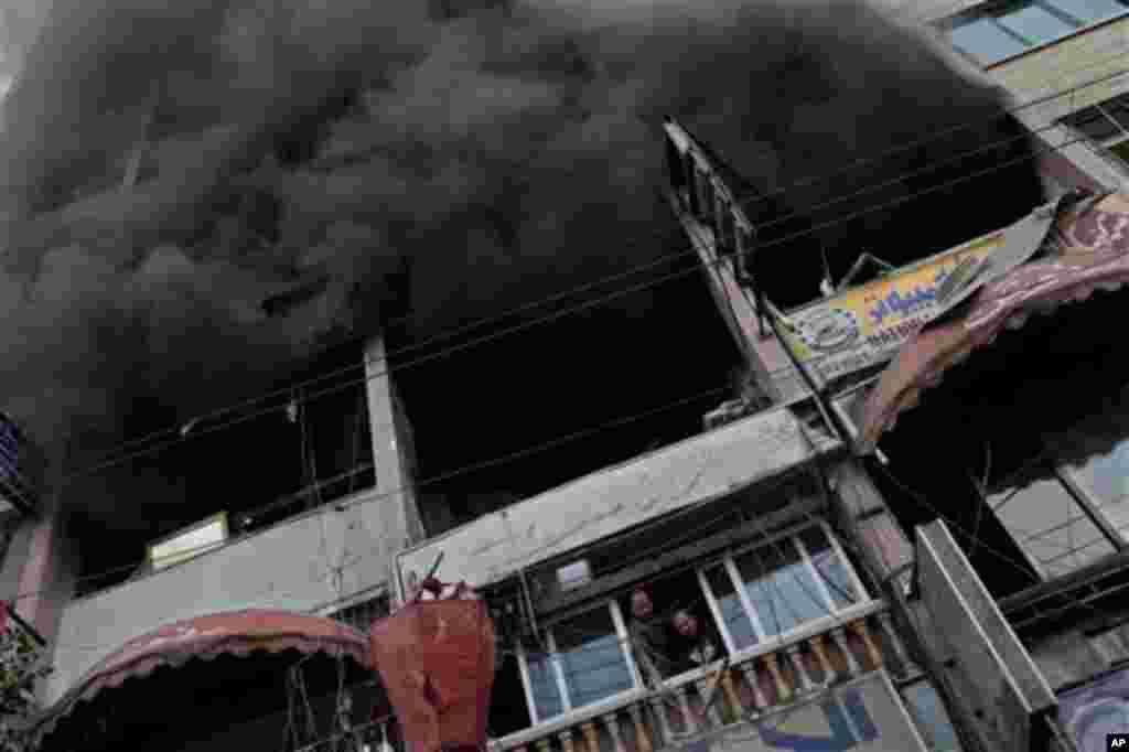 19일 이스라엘의 공습으로 연기가 피어오르는 가자지구 건물.