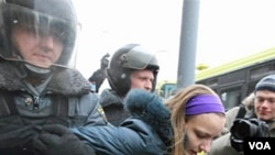 Polisi Rusia menangkap seorang demonstran di Moskow dalam demonstrasi anti-pemerintah, Sabtu (12/2).