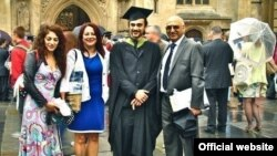 انوشه آشوری، مهندس ایرانی بریتانیایی، در کنار خانوادهاش