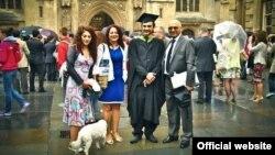 انوشه آشوری، مهندس ایرانی بریتانیایی در کنار خانواده اش
