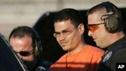 Foto de archivo de José Padilla (en traje naranja) siendo escoltado por alguaciles en Miami.