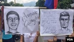 La comunidad que marcha en contra de las decisiones políticas del presidente de Venezuela, Nicolás Maduro, recuerdan a través de pancartas a las personas muertas durante las protestas. Foto: Álvaro Algarra/VOA.