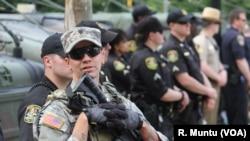Cảnh sát và Vệ binh Quốc gia đứng canh gác tại Baltimore, ngày 2/5/2015.