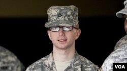 Intelijen Angkatan Darat AS, Bradley Manning dikawal ketat menuju pengadilan militer di Fort Meade, Maryland (Foto: dok).