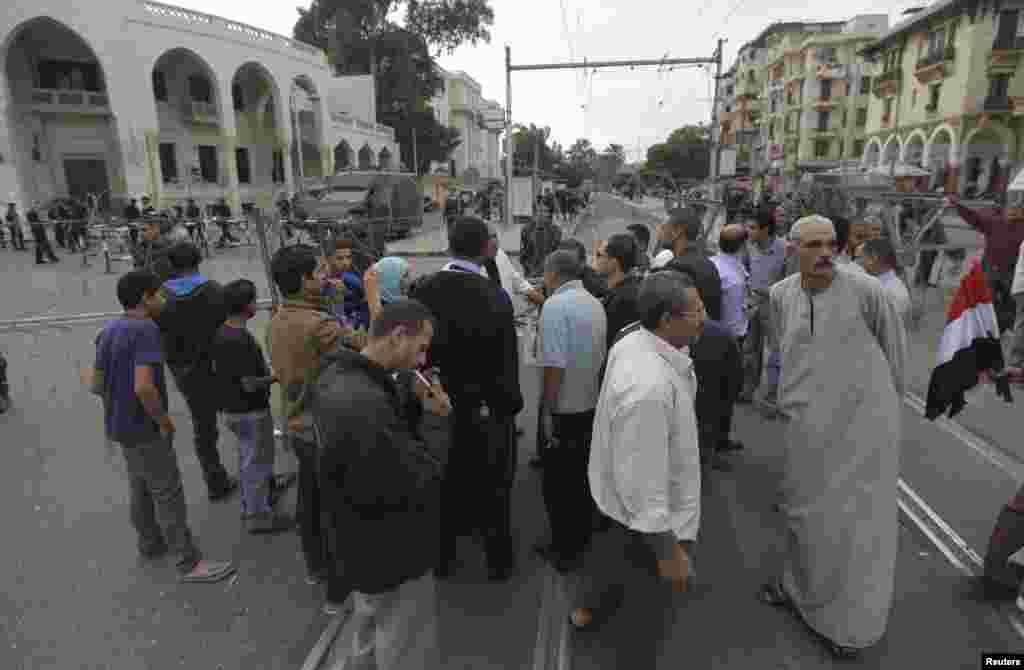 خاردار تاروں سے سڑکوں کی بندش کے بعد لوگوں کو آمد ورفت میں پریشانی