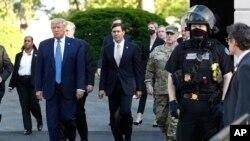 Секретарот за одбрана Еспер во придружба на претседателот Трамп