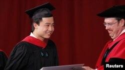 薄瓜瓜去年在哈佛大学毕业典礼上