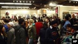 """Навалица од купувачи за """"црниот петок"""" во САД"""