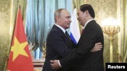 Tổng thống Nga Vladimir Putin trong lần tiếp Chủ tịch nước Việt Nam Trần Đại Quang tại Moscow cuối tháng 6 vừa qua. Ông Putin sẽ tới thăm chính thức Việt Nam và tham dự APEC vào tháng sau.
