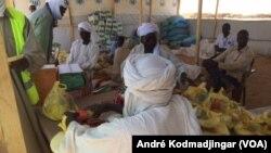 Distribution de nourriture aux réfugiés soudanais dans le camp de Ouré Cassoni, dans l'Est du Tchad, 15 mai 2017. (VOA/André Kodmadjingar)