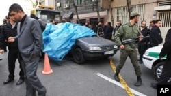 伊朗警察1月11日在德黑兰大学外的汽车爆炸现场警卫