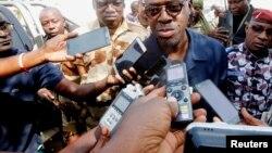 Le ministre Alain Richard Donwahi parle à la presse à son arrivée pour des pourparlers avec les mutins à Bouaké, Côte d'Ivoire, 7 janvier 2017.