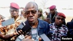 Waziri wa ulinzi Alain Richard Donwahi akizungumza na waandishi habari mjini Bouaké, Côte d'Ivoire.