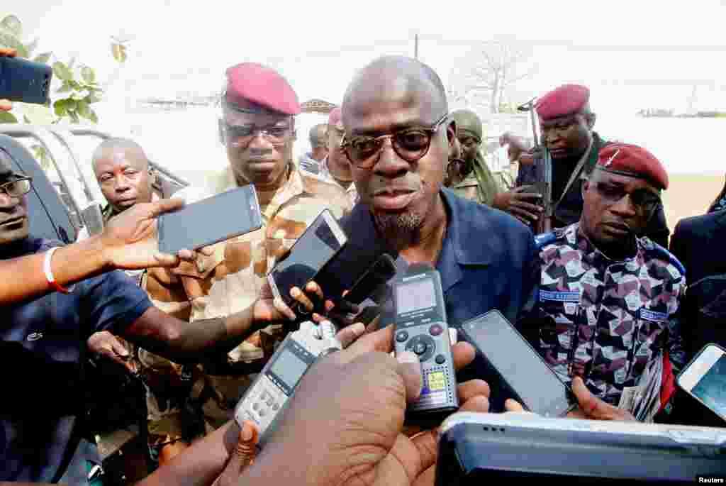 Waziri wa ulinzi Alain Richard Donwahi akizungumza na waandishi wa habari alipowasili kwa mazungumzo na wanajeshi waloasi mjini Bouaké, Côte d'Ivoire.
