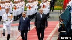 Thủ tướng Scott Morrison và ông Nguyễn Xuân Phúc duyệt đội quân danh dự tại Hà Nội, 23 tháng Tám, 2019.