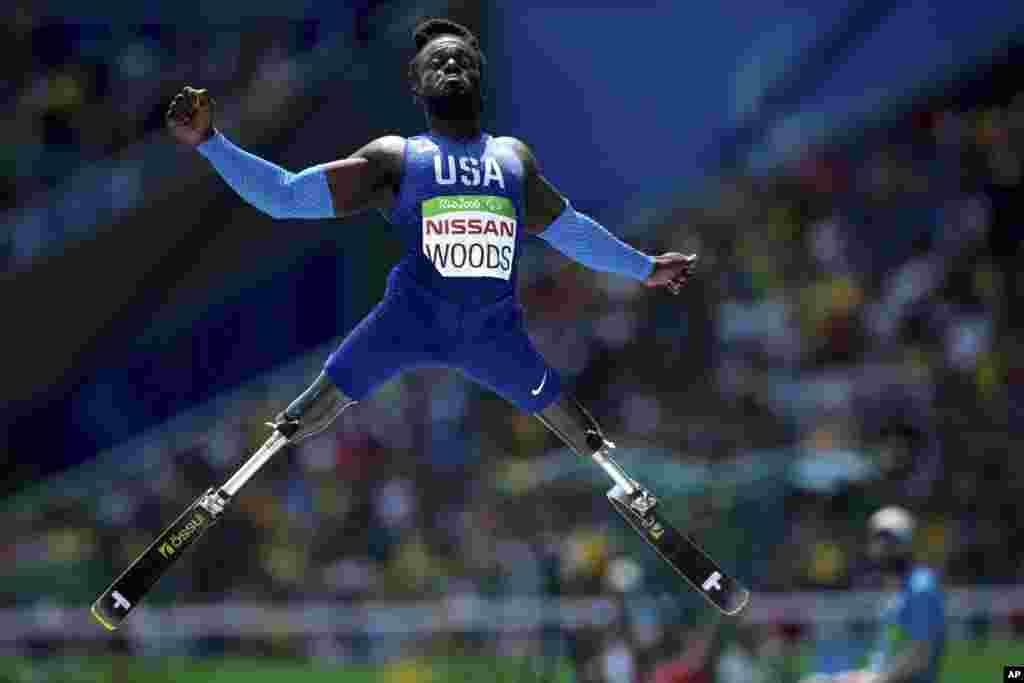 Regas Woods dari AS dalam final lompat jauh Paralimpiade di Stadion Olimpiade di Rio de Janeiro, Brazil (17/9).(AP/Mauro Pimentel)